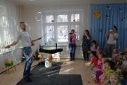 Шоу мыльных пузырей для наших маленьких детей.